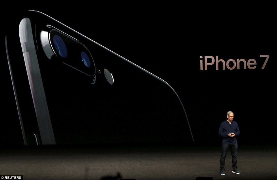 3806E63100000578-3778252-The_iPhone_7_will_be_waterproof_and_have_stereo_speakers_instead-a-5_1473281365431